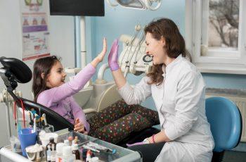 Crianças no dentista: 4 atividades lúdicas para auxiliar no tratamento